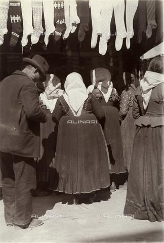 BAQ-F-001227-0000 - Women at the market - Data dello scatto: 1903 - Archivi Alinari, Firenze