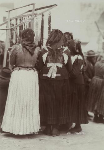 BAQ-F-001228-0000 - Donne al mercato - Data dello scatto: 1903 - Raccolte Museali Fratelli Alinari (RMFA), Firenze
