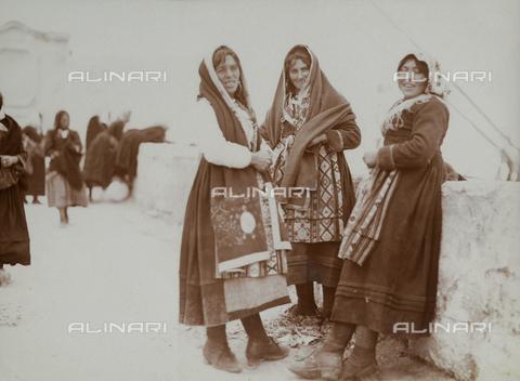 BAQ-F-001229-0000 - Ritratto di tre donne in abiti tradizionali - Data dello scatto: 1903 - Raccolte Museali Fratelli Alinari (RMFA), Firenze