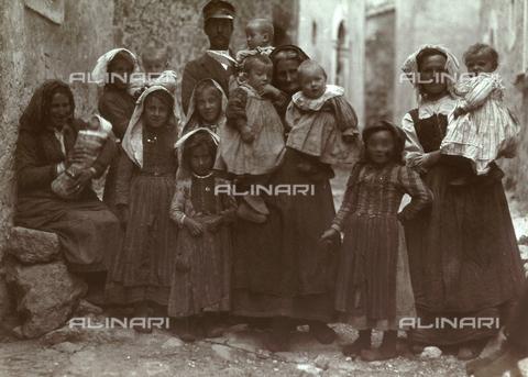 BAQ-F-001292-0000 - Ritratto di gruppo con numerosi bambini a Gallinaro, Frosinone - Data dello scatto: 1910 - Raccolte Museali Fratelli Alinari (RMFA), Firenze