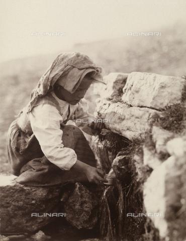BAQ-F-001294-0000 - Gallinaro, Frosinone: bambina che raccoglie acqua presso una fonte naturale - Data dello scatto: 1910 - Raccolte Museali Fratelli Alinari (RMFA), Firenze