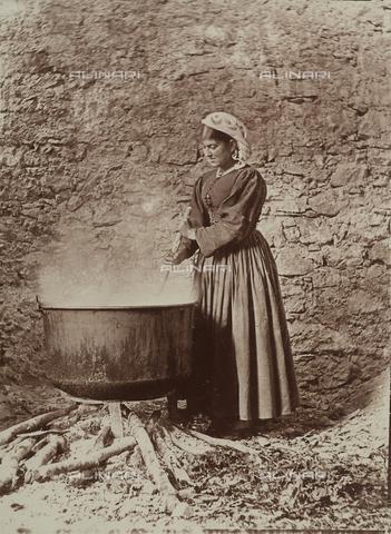 BAQ-F-001296-0000 - Donna ritratta accanto a un grande contenitore sul fuoco a Scanno - Data dello scatto: 1910 - Raccolte Museali Fratelli Alinari (RMFA), Firenze