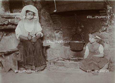 BAQ-F-001297-0000 - Preparazione del pasto in una cucina di Gallinaro, Frosinone - Data dello scatto: 1910 - Raccolte Museali Fratelli Alinari (RMFA), Firenze