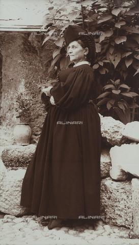 BAQ-F-001303-0000 - Ritratto di donna in costume tradizionale di Scanno - Data dello scatto: 1907 - Raccolte Museali Fratelli Alinari (RMFA), Firenze