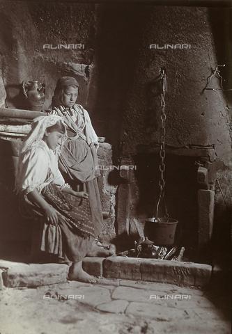 BAQ-F-001305-0000 - Preparing a meal in a kitchen in Gallinaro, Frosinone - Data dello scatto: 1910 - Archivi Alinari, Firenze