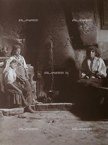 BAQ-F-001306-0000 - Preparazione del pasto in una cucina di Gallinaro, Frosinone - Data dello scatto: 1910 - Raccolte Museali Fratelli Alinari (RMFA), Firenze