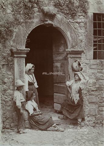 BAQ-F-001314-0000 - Donne sulla soglia di una porta di Gallinaro, Frosinone - Data dello scatto: 1910 - Raccolte Museali Fratelli Alinari (RMFA), Firenze