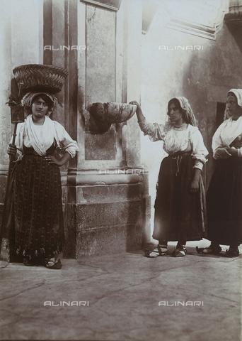 BAQ-F-001318-0000 - Portrait of three women next to a holy water font in Gallinaro, Frosinone - Data dello scatto: 1910 - Archivi Alinari, Firenze