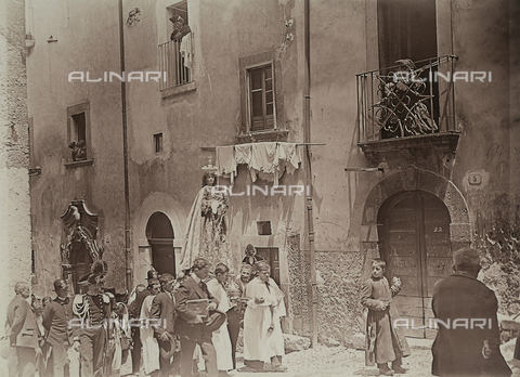 BAQ-F-001324-0000 - Processione della Madonna del Carmine, Scanno - Data dello scatto: 16/07/1910 - Raccolte Museali Fratelli Alinari (RMFA), Firenze