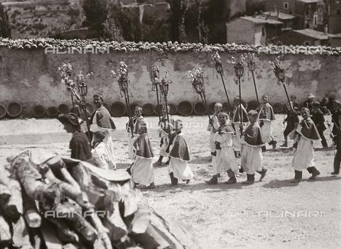 BAQ-F-001330-0000 - Processione religiosa a Scanno - Data dello scatto: 1910 - Raccolte Museali Fratelli Alinari (RMFA), Firenze