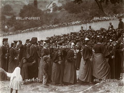 BAQ-F-001334-0000 - Processione religiosa a Scanno - Data dello scatto: 1910 - Raccolte Museali Fratelli Alinari (RMFA), Firenze