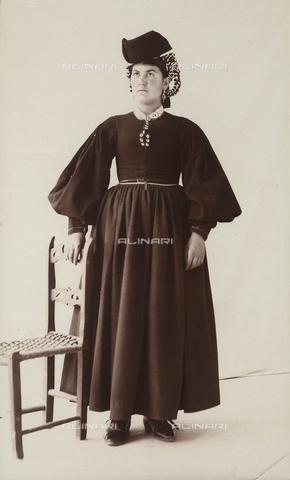 BAQ-F-001344-0000 - Ritratto di donna in costume tradizionale di Scanno - Data dello scatto: 1907 - Raccolte Museali Fratelli Alinari (RMFA), Firenze