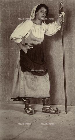BAQ-F-001347-0000 - Portrait of a woman in the traditional costume of Gallinaro, Frosinone - Data dello scatto: 1910 - Archivi Alinari, Firenze