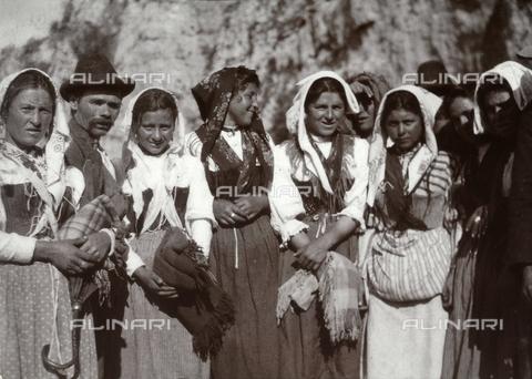 BAQ-F-001350-0000 - Donne nel costume tradizionale di Gallinaro, Frosinone - Data dello scatto: 1910 - Raccolte Museali Fratelli Alinari (RMFA), Firenze
