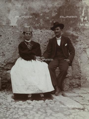 BAQ-F-001359-0000 - Ritratto di coppia il giorno del matrimonio. La donna indossa il costume tradizionale di Scanno - Data dello scatto: 1910 - Raccolte Museali Fratelli Alinari (RMFA), Firenze