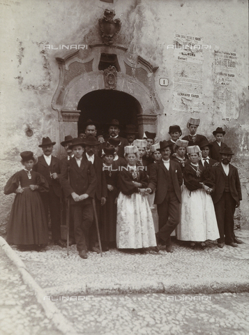 BAQ-F-001360-0000 - Ritratto di gruppo davanti a una porta di un palazzo a Scanno - Data dello scatto: 1909 - Raccolte Museali Fratelli Alinari (RMFA), Firenze