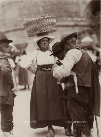 BAQ-F-001370-0000 - Donna in costume tradizionale a Gallinaro, Frosinone - Data dello scatto: 1910 - Raccolte Museali Fratelli Alinari (RMFA), Firenze