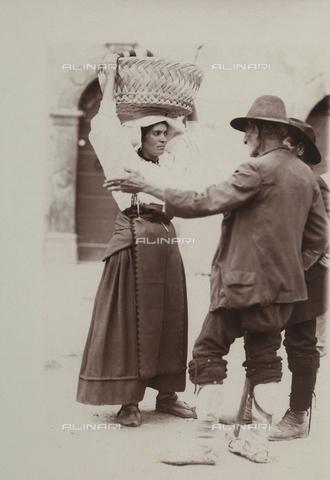 BAQ-F-001371-0000 - Donna in costume tradizionale conversa con due uomini a Gallinaro, Frosinone - Data dello scatto: 1910 - Raccolte Museali Fratelli Alinari (RMFA), Firenze