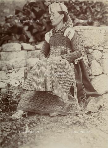 BAQ-F-001434-0000 - Ritratto di donna in costume tradizionale di Scanno, Abruzzo - Data dello scatto: 1910 ca. - Raccolte Museali Fratelli Alinari (RMFA), Firenze