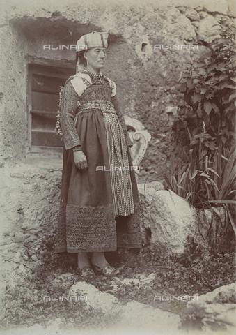 BAQ-F-001435-0000 - Ritratto di donna in costume tradizionale di Scanno, Abruzzo - Data dello scatto: 1910 ca. - Raccolte Museali Fratelli Alinari (RMFA), Firenze