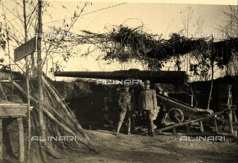BCA-F-000007-0000 - Two soldiers pose in front of a cannon during World War I - Data dello scatto: 1915 - 1918 ca. - Archivi Alinari, Firenze