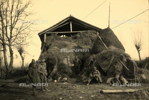 BCA-F-000010-0000 - Soldiers in front of a hay barn during World War I - Data dello scatto: 1915 - 1918 ca. - Archivi Alinari, Firenze