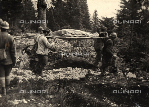 BCA-F-000025-0000 - Soldiers carry the remains of an Austrian pilot who crashed on Mount Bertiaga in the Asiago Plateau, during World War I - Data dello scatto: 1915 - 1918 ca. - Archivi Alinari, Firenze