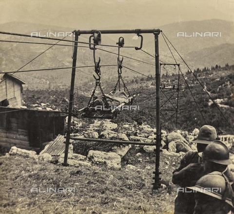 BCA-F-000089-0000 - Un prigioniero ferito trasportato per mezzo di un impianto meccanico sull'Altopiano d'Asiago, durante la Prima Guerra Mondiale. - Data dello scatto: 1915 - 1918 ca. - Archivi Alinari, Firenze