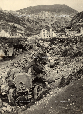 BCA-F-000112-0000 - Austrain transport vechicles destroyed by Italian artillery and a battery of abbandoned canons at the mouth of a alpine valley near Asiago - Data dello scatto: 1918 - 1920 ca. - Archivi Alinari, Firenze