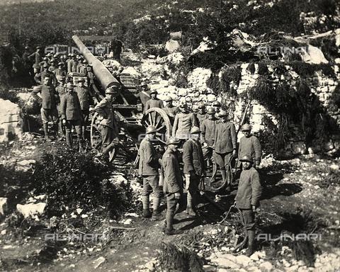 """BCA-F-000120-0000 - Soldiers transporting a """"149 A"""" cannon on Mount Bertiaga in the Asiago Plateau, during World War I - Data dello scatto: 1915 - 1918 ca. - Archivi Alinari, Firenze"""