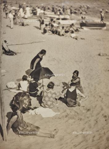 BCA-F-000203-0000 - At the beach - Data dello scatto: 1920-1930 - Archivi Alinari, Firenze