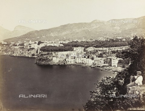 BCC-F-000183-0000 - Panorama of the Gulf of Sorrento. In the foreground, seated at the edge of the cliff, is a man dressed in a traditional costume - Data dello scatto: 1880-1890 ca. - Archivi Alinari, Firenze