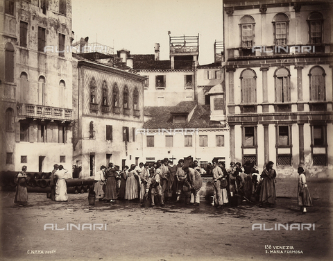 BCC-F-000459-0000 - A group of people crowds around the well in Campo Santa Maria Formosa, Venice for a photo - Data dello scatto: 1880 - 1890 - Archivi Alinari, Firenze