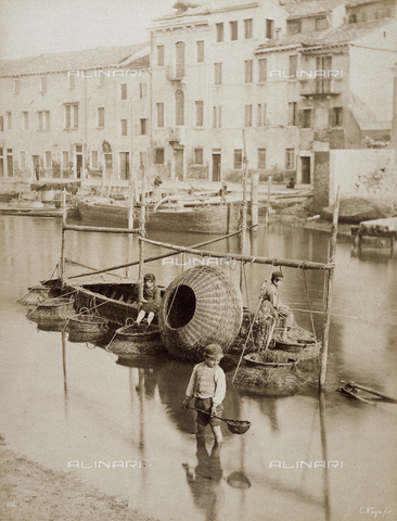 BCC-F-000605-0000 - Little fishermen in a Venetian canal - Data dello scatto: 1870 - 1880 - Archivi Alinari, Firenze