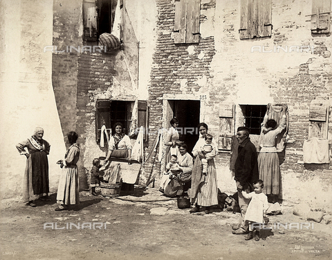 BCC-F-000606-0000 - Portrait of a family outside their home in San Pietro in Volta - Data dello scatto: 1870 - 1880 - Archivi Alinari, Firenze