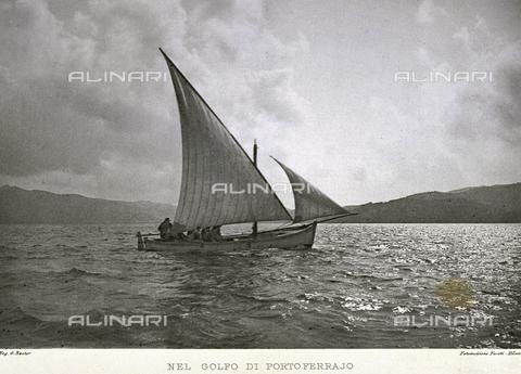 BFB-S-000898-0120 - Piccola imbarcazione a vela in navigazione nel Golfo di Portoferraio - Data dello scatto: 1898 ca. - Archivi Alinari, Firenze