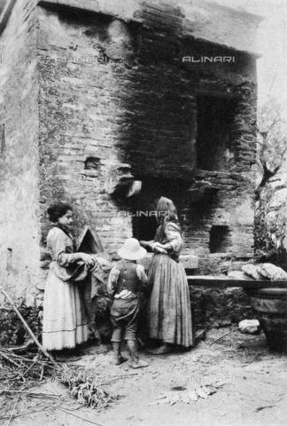 BFB-S-000904-0096 - Popolane intente a cuocere il pane in un caratteristico forno a legna di campagna - Data dello scatto: 1904 ca. - Archivi Alinari, Firenze