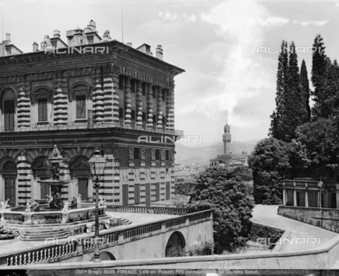BGA-F-003039-0000 - View of Palazzo Pitti from the Boboli Gardens with the Fontana del Carciofo and in the background Palazzo Vecchio in Florence - Date of photography: 1890 ca. - Alinari Archives-Brogi Archive, Florence