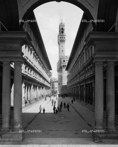 BGA-F-003046-0000 - The Vasari loggia of the Uffizi with the square and, in the background, the Old Palace, Florence - Date of photography: 1890 ca. - Alinari Archives-Brogi Archive, Florence