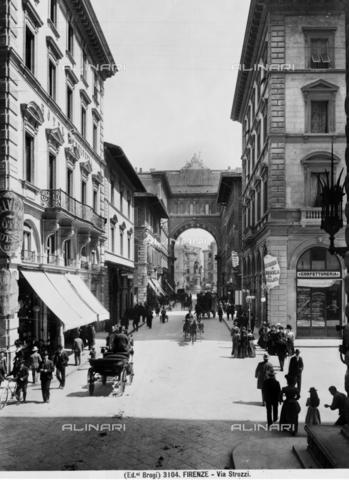 BGA-F-003104-0000 - Via Strozzi in Florence, in the background the monumental arch in Piazza della Repubblica