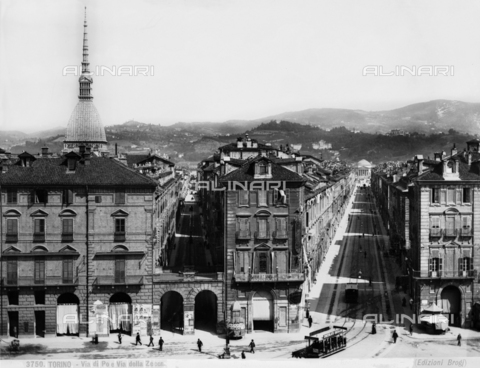 BGA-F-003750-0000 - Busy view of Via di Po and Via della Zecca, Turin. On the left is the Antonellian mass.