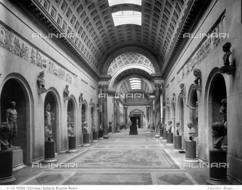 BGA-F-004132-0000 - Veduta della Galleria del Braccio Nuovo del Museo Chiaramonti , nei Musei Vaticani a Roma, Città del Vaticano. - Data dello scatto: 1890 - Archivi Alinari, Firenze
