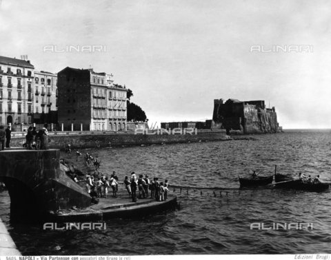 BGA-F-005605-0000 - Fishermen at Via Partenope in Naples. In the background, Castel dell'Ovo.