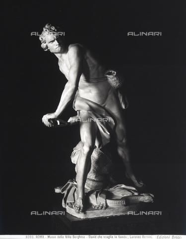 BGA-F-008393-0000 - Statua di David che scaglia la fionda, opera di Gian Lorenzo Bernini nella Galleria Borghese a Roma. - Data dello scatto: 1890 ca. - Archivi Alinari, Firenze
