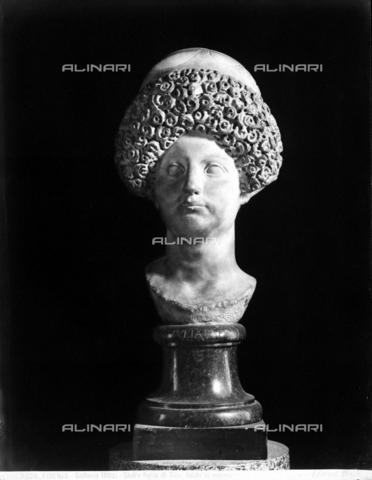 BGA-F-009229-0000 - Busto in marmo di Giulia, la figlia dell'imperatore Tito. Galleria degli Uffizi, Firenze - Data dello scatto: 1890 ca. - Archivi Alinari-archivio Brogi, Firenze