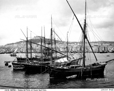 BGA-F-010276-0000 - Boats moored in the Port of Naples. In the background, a view of the city with Castel Sant'Elmo