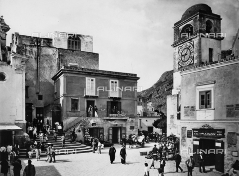 BGA-F-010400-0000 - Main square of Capri.