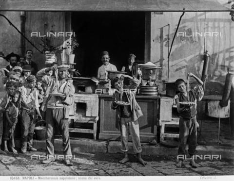 BGA-F-010458-0000 - Maccheronaio di Napoli fotografato insieme ad un gruppo di ragazzi - Data dello scatto: 1879-1910 - Archivi Alinari, Firenze