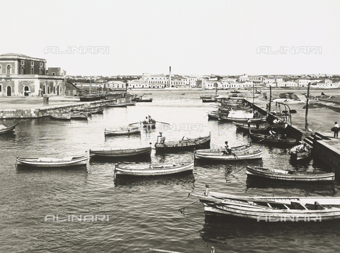 BGA-F-013833-0000 - View of the port of Syracuse; several boats are moored near the pier
