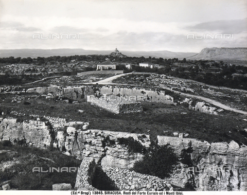 BGA-F-013845-0000 - View of the ruins of the Euryalus Castle and, in the background, the Iblei Mountains